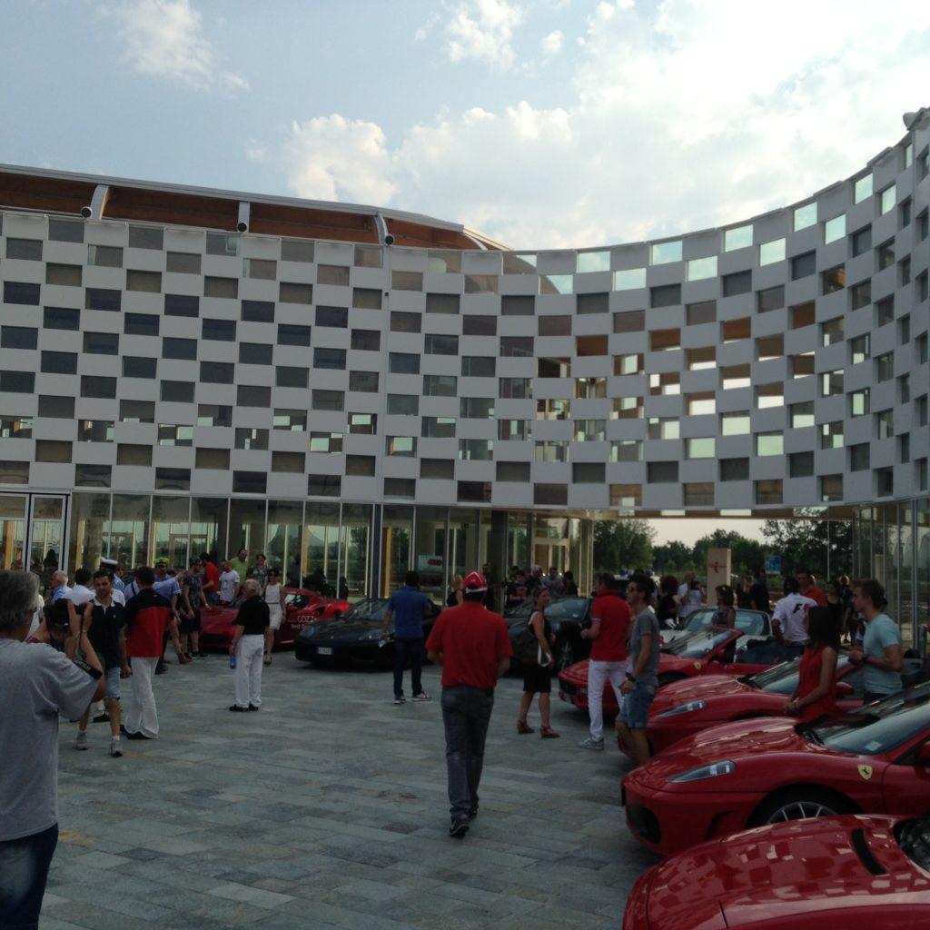 Alcune delle molte Ferrari che hanno partecipato al raduno nel rinnovato circuito di collaudo Alfa Romeo, durante la tappa del tour Velocità e Lentezza