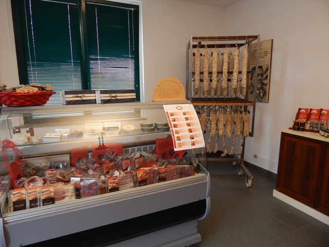 Gli interni del nuovo punto vendita del salumificio Vecchio Varzi